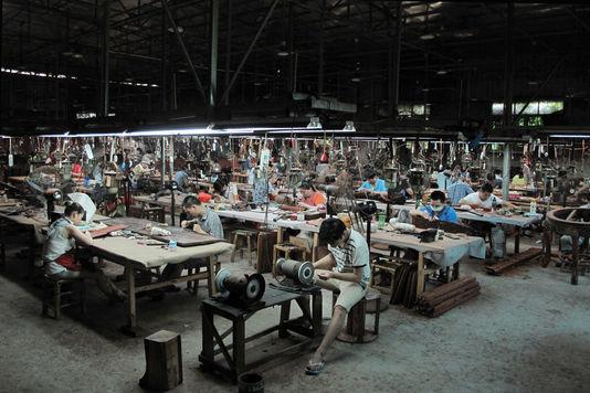 4562851_6_dae4_des-ouvriers-sculptent-des-panneaux-de-bois-de_eb447107465806c607d3ed0ee864a9db