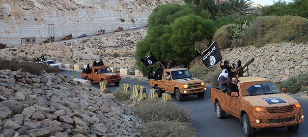 une-colonne-de-l-organisation-etat-islamique-a-derna-dans-l-est-de-la-libye_5186177